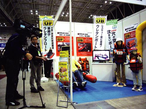 NHK取材を受ける車イスウレタンフロート